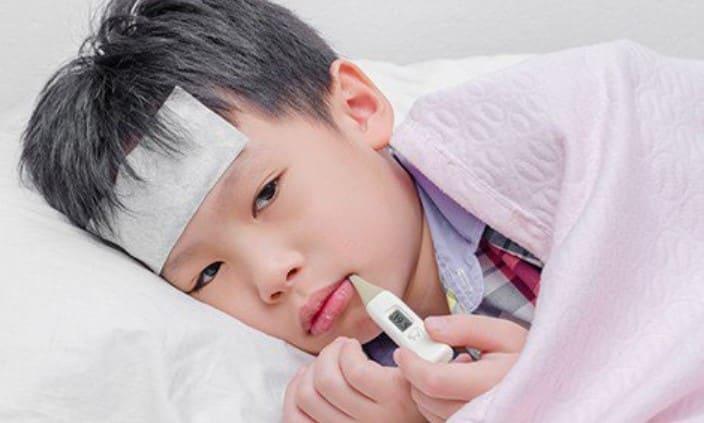 Bé bị sốt do viêm họng