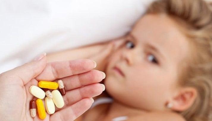 Bé bị sốt viêm họng uống thuốc gì