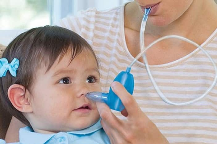 Dùng máy hay bóng hút mũi lấy sạch dịch nhầy cho bé