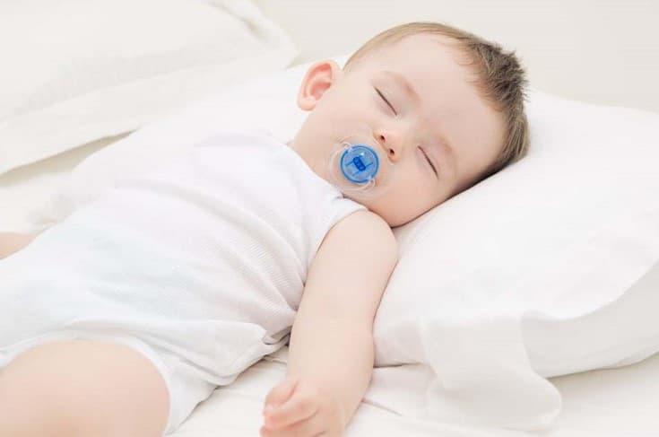 trị nghẹt mũi cho trẻ sơ sinh để bé nằm gối cao đầu