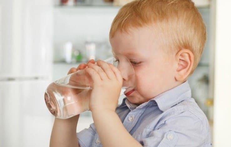 uống nhiều nước hạ sốt cho trẻ bị viêm họng