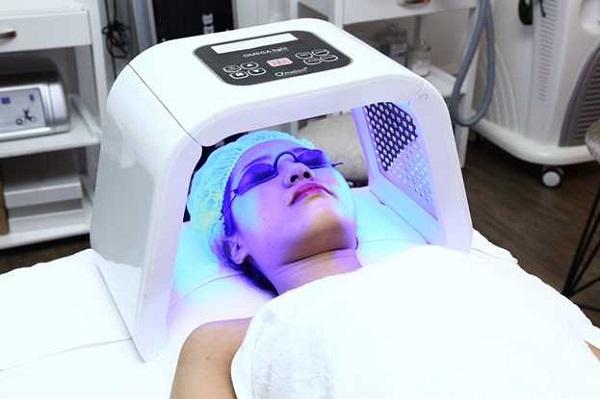 Công dụng của ánh sáng xanh trong điều trị mụn