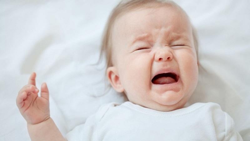 Bé ngủ hay khóc và giật mình có nguy hiểm không